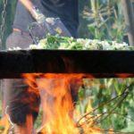 Gemüsepfanne beim Erntefest im bauerngarten