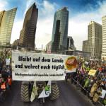 Mit Schubkarren und Hacken gegen die Agrarindustrie!